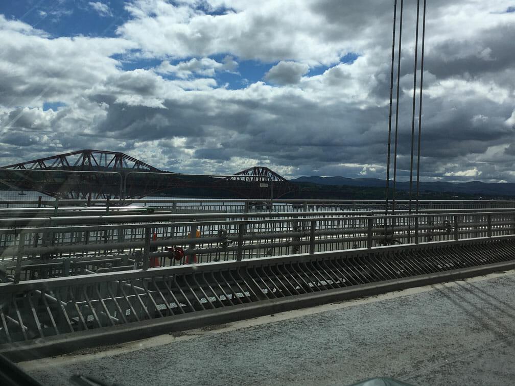 Forth Road Bridge (Hintergrund Eisenbahnbrücke)